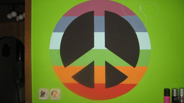 na steni..PEACE
