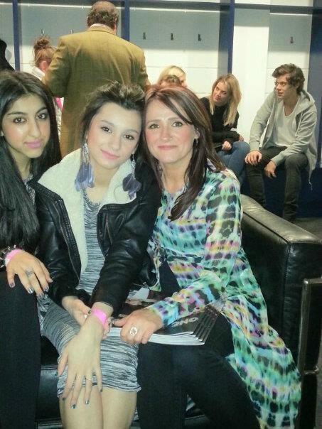 Aaroosa, Waliyha, Trisha- Zaynova družina včeraj na koncertu v backstagu, zadej je še Harry